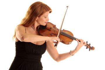 Sinnliches Geigenspiel einer rothaarigen Frau