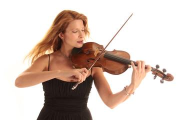 Dynamisches Geigenspiel einer rothaarigen Violinistin