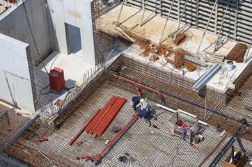 Kanalrohrmontage in Bewehrung der Bodenplatte