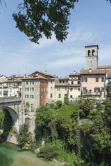"""vista del """"Ponte del diavolo"""" e del fiume Natisone a Cividale del Friuli, Italia"""