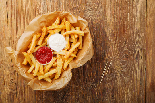 Serving Belgian fries served on paper in the basket, with one or