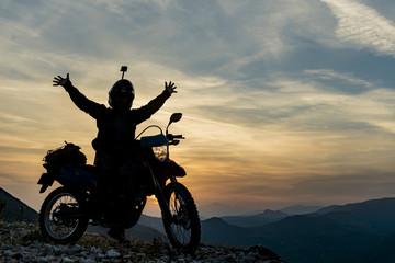 sıradağların zirvesini motorsiklet ile keşfetmek