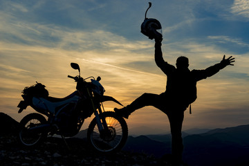 motorsikletle dağların zirvesinde başarı