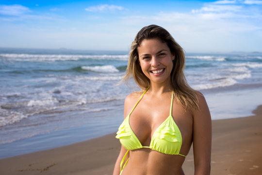 Bela mulher jovem na praia