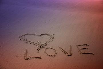 Amor desenhado na areia da praia