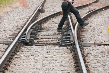 Mann überquert Eisenbahnschiene