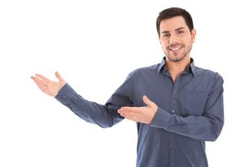 Lachender Mann isoliert mit den Händen seitlich zur Präsentation in blauem Hemd.