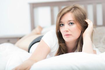 Frau zuhause im Bett (entspannen)