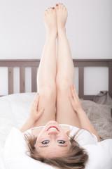 Frau Zuhause im Bett