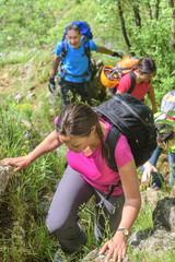 Wanderer auf einem unwegsamen Pfad im Gebirge