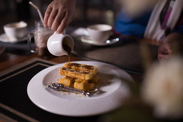 Honey Toast and cocoa, put on a plate to cool.