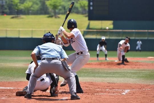 高校野球の試合で打者にボールを投げる投手