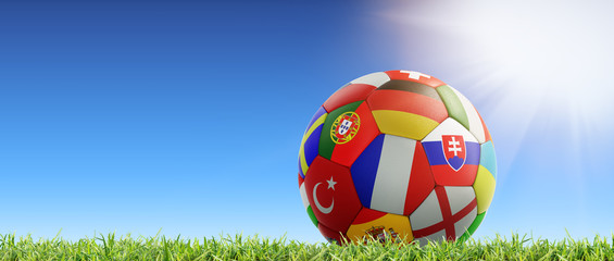 Fußball im Gras vor blauem Himmel mit Sonne