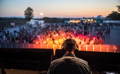 DJ auf der Bühne