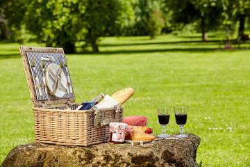 Autocollant pour porte Pique-nique Wicker picnic hamper with wine and bread