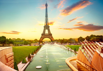 Eiffel Tower and fountain at Jardins du Trocadero at sunrise, Paris, France