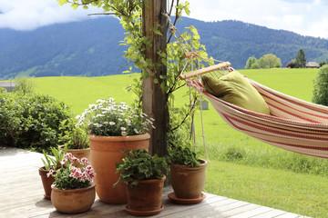 Terrasse mit Hängematte und Blumentöpfe
