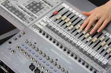 Музыкальный микшер с рукой