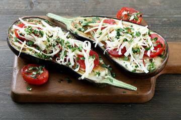 melanzane cucinate con pomodoro e formaggio sfondo rustico