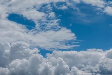 Wolkenformation und blauer Himmel