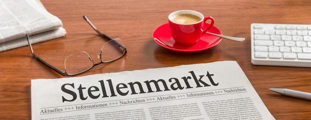 Zeitung auf Schreibtisch - Stellenmarkt