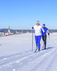 Wintersportler beim Langlauf im östlichen Allgäu