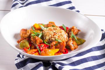 Свинина в кисло-сладком соусе с овощами и рисом