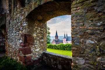 Blick durch ein Fenster der Burg Landskron in Oppenheim auf die Katharinenkirche