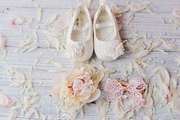 Милые беленькие туфельки  для маленькой девочки и розовый кружевной бантик