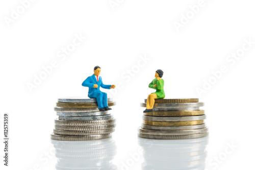 ミニチュア 硬貨の上に座っている男女