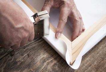 Rahmenbauer zieht Leinwand (Canvas) auf Keilrahmen mit Tacker auf