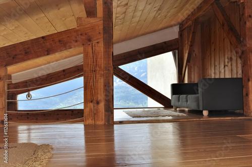 Int rieur bois d 39 un chalet sous pente de toit avec canap for Interieur chalet