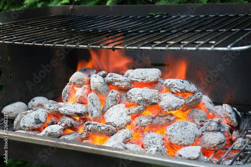 glut und hitze auf einem grill mit wei gl henden grillbriketts zum grillabend mit freunden. Black Bedroom Furniture Sets. Home Design Ideas