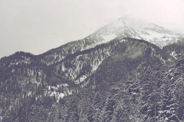 Chmury poruszające się nad odległym szczytem górskim - 112720889