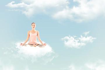Femme méditant sur un nuage: posture de yoga du lotus - Padmasana