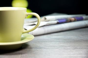Eine  Kaffetasse und paar Zeitungen