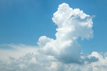 Blauer Himmel mit weissen cumulus Wolken kurz vor einem Gewitter