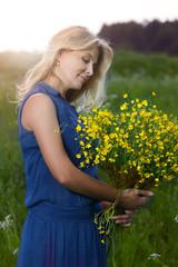 Портрет красивой женщины в поле с цветами