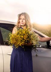 Летний портрет женщины на фоне автомобиля