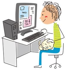 猫をかわいがりながらパソコンをする男性
