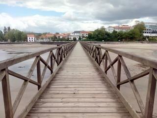 Pasarela de madera hacia la playa, Galicia, España