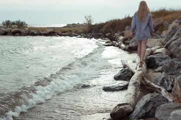 Девушка грустит на берегу фото