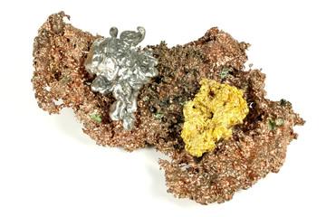 Gold-, Silber- und Kupfernuggets isoliert auf weißem Hintergrund