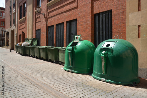 Contenedores para reciclar basura stock photo and - Contenedores de reciclar ...