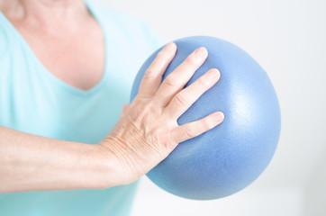 Kraftübungen mit einem Pilatesball