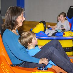 fröhlicher Familienausflug ins Indoor-Spieleland