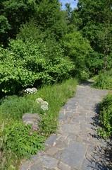 Weg aus Naturstein im Park