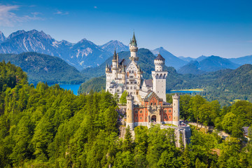 Famous Neuschwanstein Castle with scenic mountain landscape near Füssen, Bavaria, Germany Fototapete