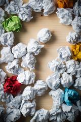 viele Papierkugeln und ein Fragezeichen