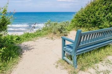 Aussichtspunkt mit Holzbank an der Ostseeküste